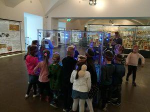 """""""Skruzdėliukų"""" grupės ugdytinių išvyka į Nacionalinio muziejaus Valdovų rūmus, kuriuose vyko edukacinė valandėlė """"Pasivaikščiojimas muziejaus karalystėje"""" (2019 m. gegužė)"""